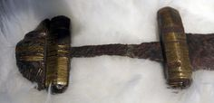 Bewerkt heft van ijzeren zwaard uit de Vikingentijd (750-850), opgevist uit de Maas bij Den Bosch, Rijksmuseum van Oudheden, Leiden(2) - Viking sword - Wikipedia