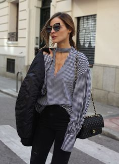 Une blouse vichy avec un col façon choker - Sommer Mode Look Fashion, Autumn Fashion, Fashion Outfits, Womens Fashion, Fashion Trends, Latest Fashion, Feminine Fashion, Fashion 2017, Fashion Clothes
