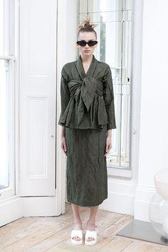 A italiana Serafina Sama é a designer por trás da marca que ela criou em 2011, a ISA ARFEN, moda descolada, cheia de bossa, baseada em Londres! Muita gente está apostando nos novos designers pra fugir da mesmice e estar com um look diferente! AC