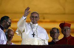 Una selezione delle più belle foto del 2013 diffuse dalla Reuters.  Papa Francesco, Vaticano, 13 Marzo. Il cardinal Jeorge Mario Bergoglio appena eletto Papa si affaccia dal balcone della Basilica di San Pietro per presentarsi alla folla  REUTERS/DYLAN MARTINEZ