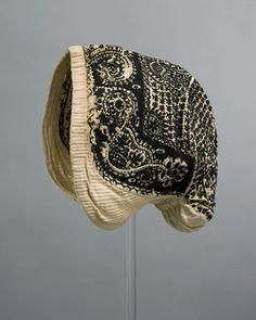 19de eeuwse zakvormige geborduurde ondermuts voor de oorijzerdracht. Deze muts werd in 1959 geschonken aan het museum met de mededeling dat de muts is gedragen door 'moeder van opa, die zelf reeds 80 jaar oud is'. voor 1900 #NoordHolland #Huizen #oorijzermuts