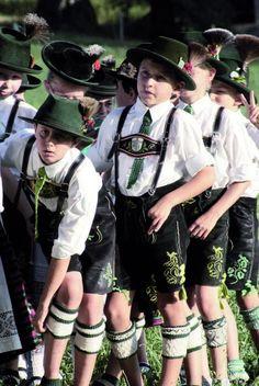 Schuhplattler Kinder in Miesbach, Bayern