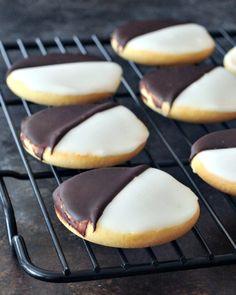 Classic New York Black and White Cookie spabettie - Cookies - . White Party Foods, New York Essen, Black And White Cookie Recipe, White Chocolate Cheesecake, New York Food, New York Black And White, Italian Cookies, Italian Desserts, Galletas Cookies