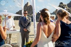 Give your guests umbrellas to cover from the sun at your beach wedding, it will be a detail they'll love!.  Bodas Huatulco