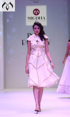 #irw #indiarunwayweek #mangalagiricotton #handloom #handloomindia #halfwhiteandgold #coutureindia #indiacouture Contact Details:040-65550855/9949047889 Watsapp:8142029190/9010906544 Email-id:Mugdha410@gmail.com Instagram:MugdhaArtStudio