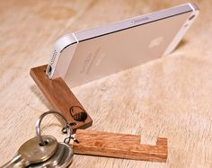 Wooden Smart Phone Stand Keyring - Iphone XR Stand - Ideas of Iphone XR Stand - This simple yet strong and effective keyring is the perfect accessory for your phone. Carry it everywhere on your keys and you have a stand for your Wood Projects, Woodworking Projects, Woodworking Plans, Woodworking Organization, Woodworking Logo, Woodworking Joints, Woodworking Furniture, Support Telephone, Smartphone