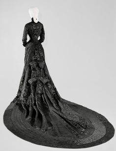 Back of mourning dress.This photo of Sisi's mourning dress shows the large bows in back and the parallel rows of ruching around the train of this dress Royal Clothing, Antique Clothing, Historical Clothing, 1880s Fashion, Victorian Fashion, Vintage Fashion, Victorian Era, Vintage Outfits, Vintage Dresses