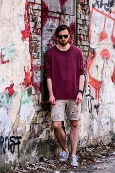 Menswear streetstyle of Hamburg from Fashionblogger Mister Wichtig. He is wearing a oversized longsleeve from Tom Tailor in a wine red and a beige distressed Jeans Shorts from Hamahi-Ko. Sunglasses from Ace and Tate, watch from Fitbit and shoes from Vans.