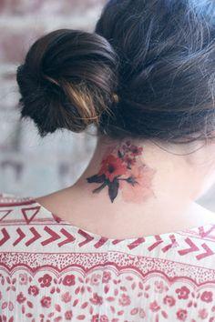 Floral temporary tattoo ---- sayang sekali. sesungguhnya saya mau menjadikannya permanen di leher saya.