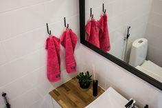 Pienillä punaisilla yksityiskohdilla saa muutettua kylpyhuoneen tunnelmaa jouluiseksi. Bath Caddy, Bathroom Hooks, Towel