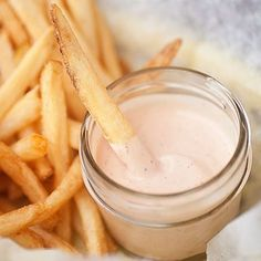 Fry Sauce - sweet, creamy, and tangy.perfect for dipping burgers and fries! Freddy's Copy Cat *I doubled the recipe and added 1 teaspoon of garlic powder and 1 teaspoon of onion powder, delicious! Burger And Fries, Fries In The Oven, Appetizer Dips, Appetizer Recipes, Copycat Recipes, Sauce Recipes, French Fry Sauce, Ketchup, Tapas