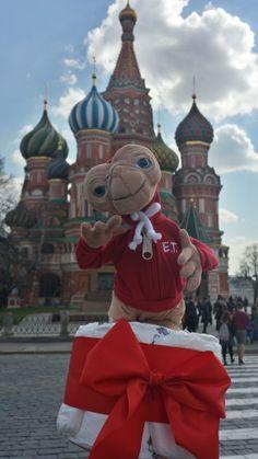 E.T. v červenom šate ... ako inak než na Červenom námestí :)