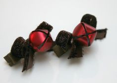 Cute easy-to-do jingle bell hair clips. The kids will have fun with this one : ).