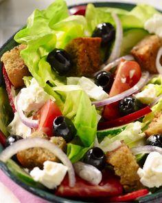 Deze frisse salade eten de Grieken bijna dagelijks bij de lunch of avondeten, met uiteraard feta, tomaten, paprika, komkommer, rode ui en zwarte olijven.