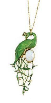 René FOY - Jewelry designer of the Art Nouveau - Pendant in the shape of a peacock with a green enameled plumage. One oval 0pal with the dimensions c. 13.18x9.85 mm and 8 heart shaped Opals of iridescent shimmer. On a 18k yellow Gold (tested) necklace. France, Paris, around 1900. Verso signed 'René Foy' Length of the necklace: c. 50 cm. Total weight: c.19.20 grams Naturalistic designed, backwards directed peacock sitting on a tall oval Opal.