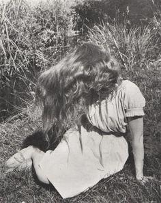 Édouard Boubat, Lella (assise dans l'herbe) 1946