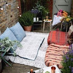 We love this outdoor #nook. Making the most of a tiny backyard. ! // Photo via @lucywilliams02 of Fashion Me Now. #Inspo #Home #OutdoorSpaces #LiveFolk
