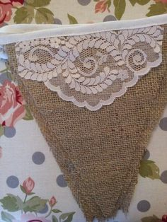Vintage style burlap and lace bunting . Bunting di juta e pizzo Vintage Bunting, Burlap Bunting, Bunting Garland, Burlap Lace, Bunting Banner, Bunting Ideas, Burlap Banners, Heart Banner, Banner Ideas
