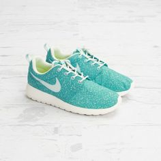 And women's Roshe Runs again (yes, I'm obsessed) in fiberglass/sport turquoise.