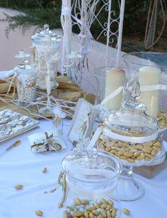 Τραπέζι ευχών σε λευκό και χρυσό. Διακοσμημένο με πανέμορφες γυάλες, με χρυσά και λευκά κουφέτα και με λευκά κεριά. Romantic, Candy, Bar, Table Decorations, Flowers, Wedding, Vintage, Home Decor, Valentines Day Weddings