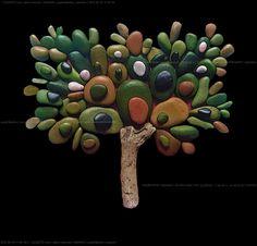 assemblaggi di sassi dipinti a mano e al naturale su basi di legno - Nel sito artistico GIGARTE.com trovi opere, gallerie, informazioni, news, eventi, r...