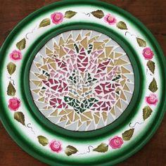 Peça em madeira trabalhada com as técnicas de mosaico e pintura decorativa bauernmalerei.