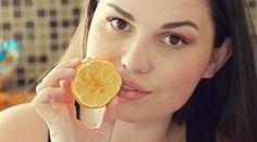 Soigner son acné, c'est bien, mais naturellement c'est encore mieux. On évite les effets secondaires de certains médicaments prescrits ou de se faire avoir par les produits dits