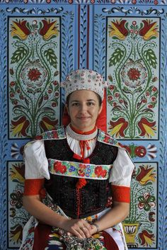 Hungarian folk painting covers walls and household items with the same intensive detail and color used in their embroideries. A decorative art tradition of brightly colored daily surfaces resulted. European Costumes, Costumes Around The World, Art Populaire, Hungarian Embroidery, Folk Costume, My Heritage, Ethnic Fashion, Historical Clothing, Traditional Dresses