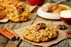 Fahéjas, almás-zabpelyhes keksz: így lesz ragacsos és szaftos - Receptek | SóBors Oreo, Bacon, Cookies, Desserts, Recipes, Office, Food, Biscuit Recipe For Kids, Healthy Cookie Recipes
