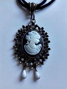 """Ravissant sautoir """"J'aime le camée"""", monté sur un double rang de suédine noire imperméabilisée anime un pendentif ovale en métal : Collier par creationsannaprague"""