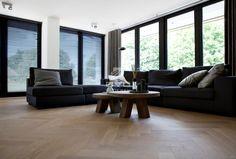 visgraat vloer | eiken visgraat parket | woning ontwerp Bob Manders | zwarte kozijnen en zwarte jaloezieën | strakke zithoek | opgeleverd door BVO Vloeren