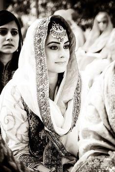 Looking for sikh bride? Browse of latest bridal photos, lehenga & jewelry designs, decor ideas, etc. on WedMeGood Gallery. Sikh Bride, Punjabi Bride, Pakistani Bridal, Indian Bridal, Punjabi Suits, Punjabi Wedding, Bridal Mehndi Dresses, Bridal Outfits, Bridal Hijab