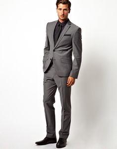 Mørkegrå/grå jakkesæt. Bruger normal str. L