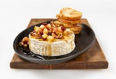 Brie with maple syrup, apples and walnuts Brie Fondant, Appetizer Recipes, Appetizers, Brunch, Baked Brie, Xmas Food, Queso, Tapas, Love Food