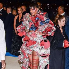 Met Gala 2017 #rihanna #lol #rihannanavy #girl #new #badgalriri #riri #fenty #robyn #belle #beauty #beautiful #love #celebrity #rihfrance #people #navy #amazing #star #metgala http://tipsrazzi.com/ipost/1505809533002339204/?code=BTltcrKAFOE