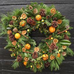 """""""Würziger Adventskranz"""" von Sophie Mit einer Gartenschere werden die Zweige (Tannenzweige, Fichte etc.) zurechtgeschnitten, dicht auf den Kranzrohling gelegt und mit Blumendraht am Strohkranz-Rohling befestigt.  Nun wird der Kranz mit Tannenzapfen, Zimtstangen, Muskatnuss und getrockneten Orangenscheiben, Blätter und Beeren vom Feuerdorn dekoriert und mit Draht bzw. Heißkleber fixiert. Die Orangen wurden dekorativ mit Nelken gespickt."""