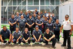 Nezahualcóyotl, Méx. 12 Mayo 2013. El grupo de policías municipales poco antes de iniciar su clase de natación en la alberca semiolímpica del DIF Municipal.