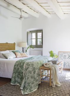 Home Staging, Spanish Interior, Style Rustique, Bedroom Inspo, Bedroom Ideas, Bedroom Styles, Log Homes, Decoration, Comforters