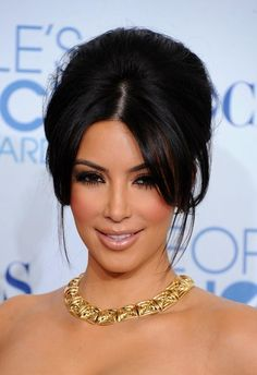 Kim Kardashian @ The People's Choice Awards with Luminous Makeup and Her Hair Pulled up  Gorgeous Gold Necklace
