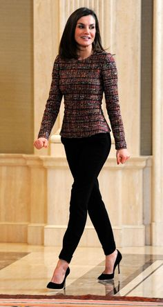 27 February 2018 - Queen Letizia receives representatives of RAI and ASPAYM at Zarzuela Palace in Madrid Work Fashion, Modern Fashion, Fashion Trends, Classy Outfits, Cool Outfits, Looks Kate Middleton, Smart Casual Women, Princess Outfits, Professional Outfits