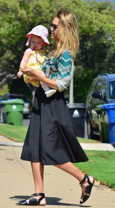 Full Sized Photo of jessica alba afternoon with honor haven 08 Young Jessica Alba, Jessica Alba Family, Jessica Alba Casual, Jessica Alba Style, Casual Chic Outfits, Celebrity Casual Outfits, Celebrity Summer Style, Casual Street Style, Ideias Fashion