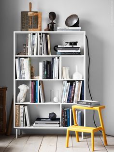 Ett av de säkraste sätten att skapa ett hemtrevligt och personligt hem är att omge sig med böcker. VALJE hylla i vitt, finns även i vit lärk och i mörkbrunt, MÄSTERBY stegpall, är gjord av återvunnen PP-plast och stadig att stå på.