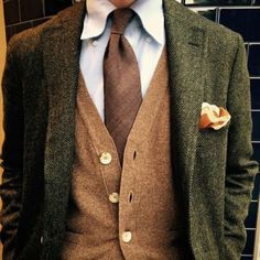 Earth colors & green combo is such a classy choice. Just works every time, looks casually dapper Gentleman Mode, Gentleman Style, Looks Style, Looks Cool, Gilet Costume, Style Masculin, Look Formal, Look Man, Sharp Dressed Man