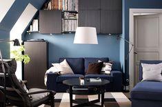 Lille stue med IKEA sofa og stole, sofabord, opbevaring og belysning. (lyst i stedet for mørkt dog)