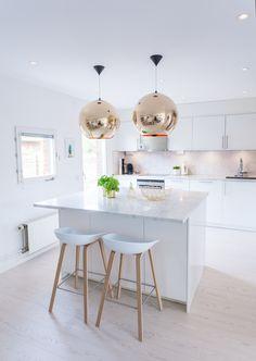 #kitchen #kitchenisland #brass #carrara #marble #carraramarble #tomdixon #coppershade #bronzecoppershade #hay #aboutastool #hexagontiles