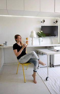 Televisio ei vie turhaa tilaa, kun se on ripustettu seinälle. Pöytätaso toimii niin kirjoitus- kuin ruokapöytänäkin.