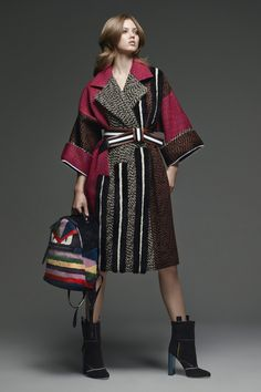 The complete Fendi Pre-Fall 2015 fashion show now on Vogue Runway. Fashion Details, Look Fashion, Fashion Show, Autumn Fashion, Fashion Design, Couture Fashion, Net Fashion, Kimono Fashion, Fendi