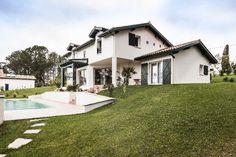 Arbonne, Pyrénées Atlantiques, France. Design et construction by Maisons Aquitaine. #aquitaine #maisons #typique #nature Crédit Photo : Agence Freestyle