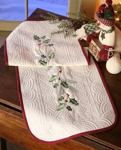 Fantastic quilt design! [HOLLY BERRY QUILTED HOLIDAY TABLE RUNNER]