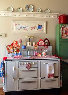 My heart was already thumping when I pulled out this red box. Red And White Kitchen, Vintage Stoves, Antique Stove, Vintage Appliances, Kitchen Stove, Cottage Kitchens, Vintage Kitchen Decor, Cool Kitchens, Decor Styles